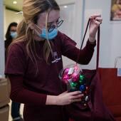 Aujourd'hui, nos équipes préparent les derniers kits de décoration de Noël à envoyer aux hôpitaux pour les jeunes ❤️